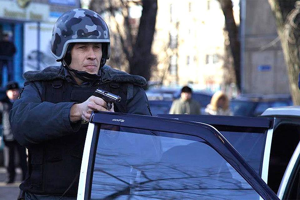 На фабрике Меньшевик в Москве захватили заложников один человек погиб